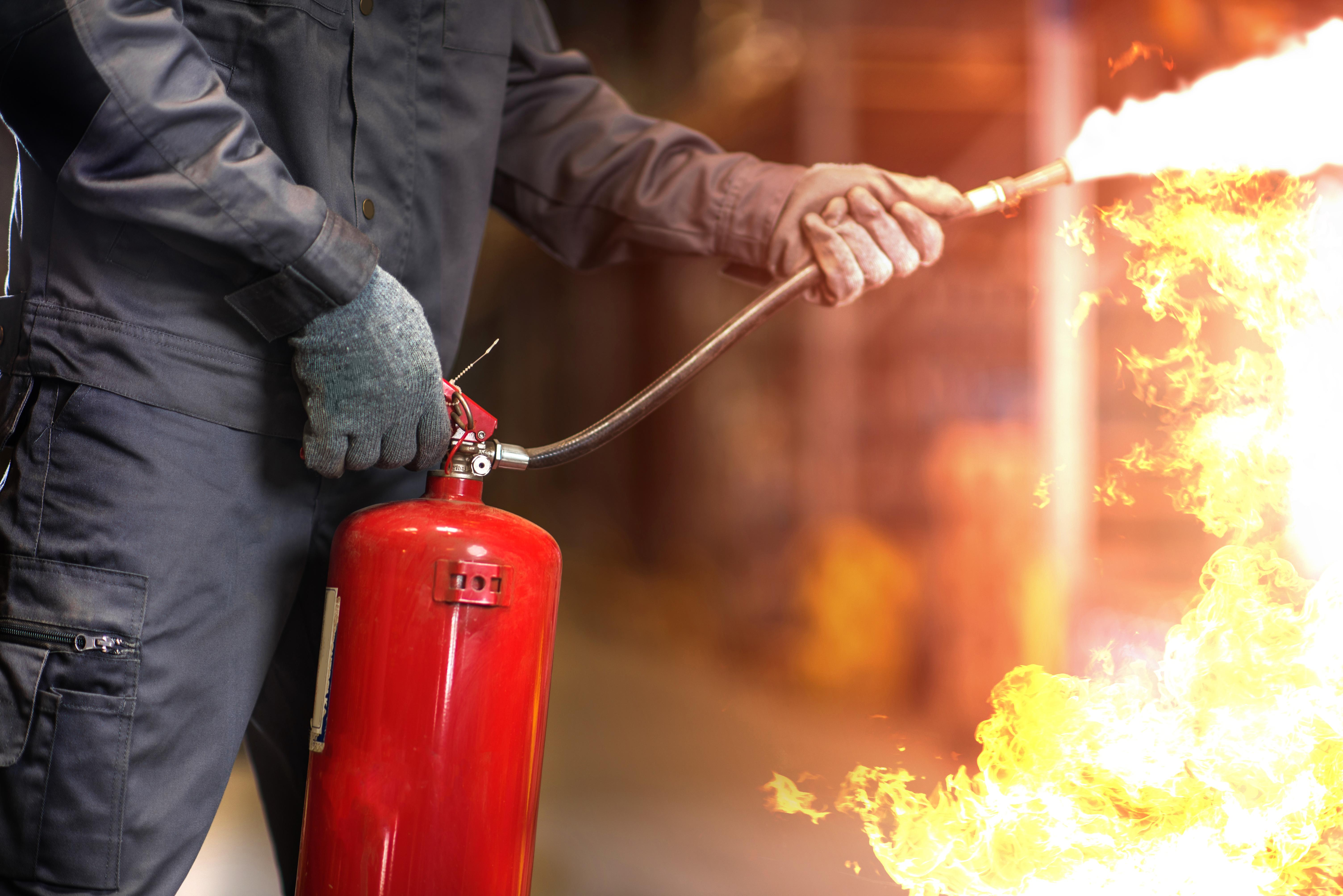 Gaśnica śniegowa – do jakiego rodzaju pożaru można ją stosować?
