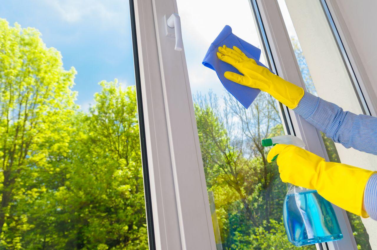 Czego najlepiej używać do mycia okien i luster w domu?